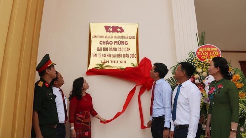 Lãnh đạo huyện An Dương kéo băng khánh thành Nhà văn hóa Trung tâm Huyện An Dương
