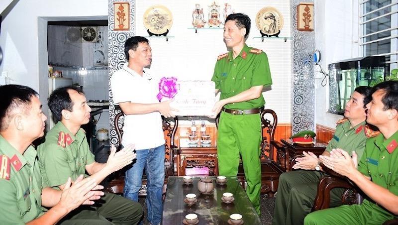 Công an thành phố Hải Phòng thăm, tặng quà các gia đình chính sách, người có công với cách mạng