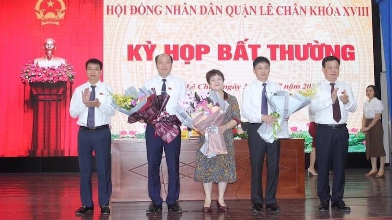 Lãnh đạo quận Lê Chân trao Quyết định và tặng hoa chúc mừng các đồng chítrên cương vị mới