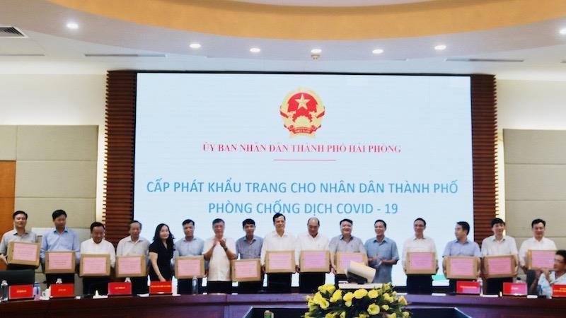 Lãnh đạo UBND TP và Sở Y tế Hải Phòng trao tặng khẩu trang y tế cho các quận, huyện để phục vụ công tác phòng, chống dịch Covid-19
