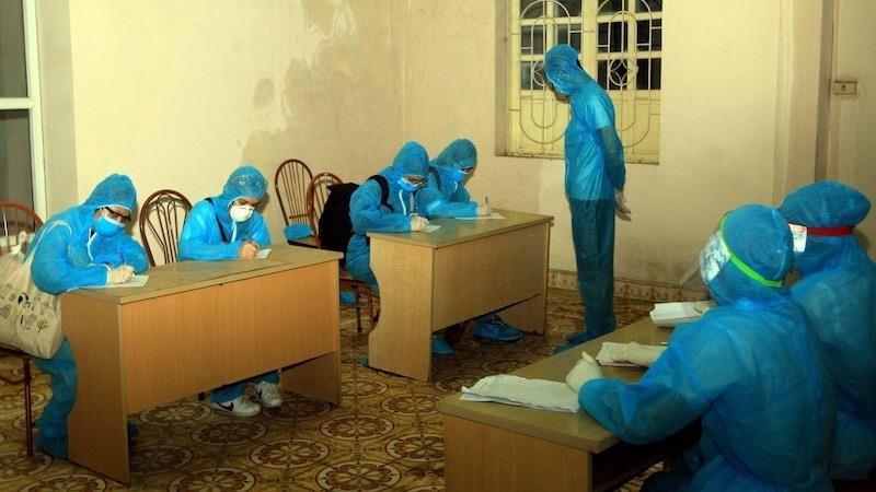 Lực lượng y tế hướng dẫn người từ vùng dịch trở về khai báo y tế