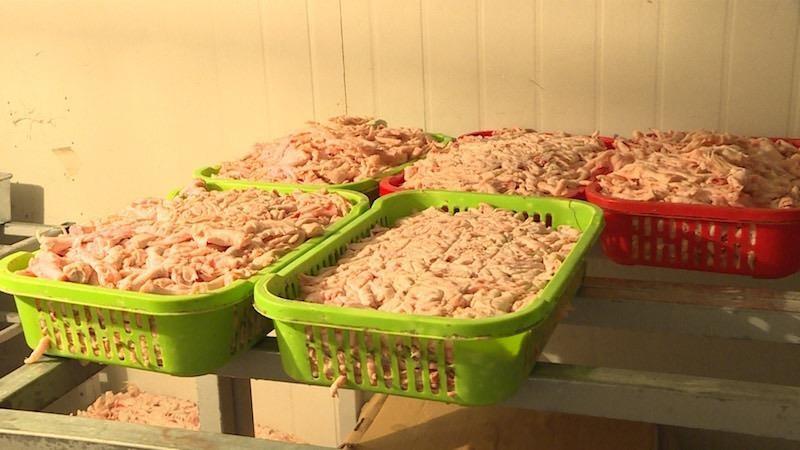 Khoảng 2 tấn chân gà không rõ nguồn gốc xuất xứ.