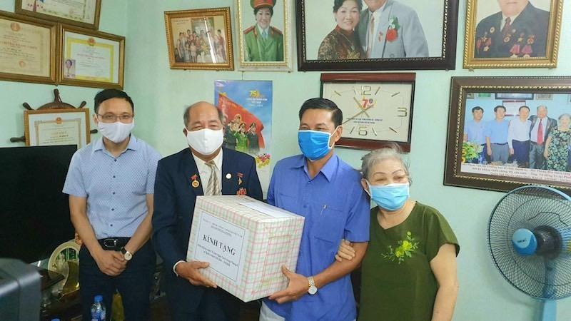 Chủ tịch UBND TP thăm tặng quà gia đình Anh hùng Lao động ông Vũ Hồng Út.
