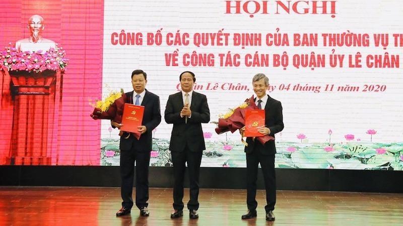 Bí thư Thành ủy, Chủ tịch HĐND TP Lê Văn Thành tặng hoa, chúc mừng các đồng chí được bổ nhiệm.