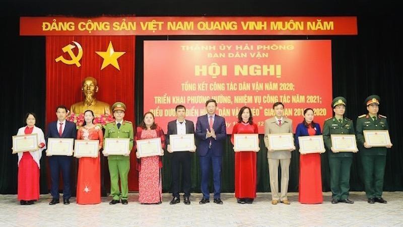 Phó Chủ tịch Thường trực UBND TP Lê Anh Quân trao bằng khen tặng các tập thể, cá nhân có thành tích trong công tác dân vận.