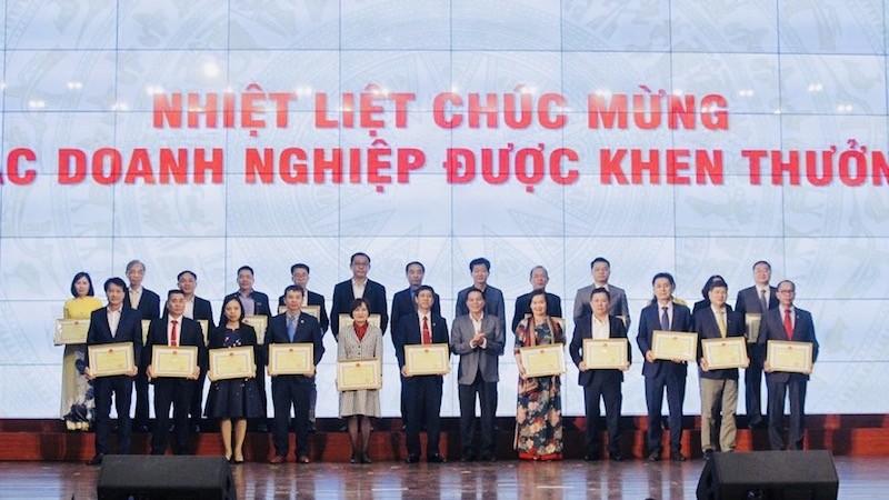 Lãnh đạo TP trao bằng khen cho các doanh nghiệp có thành tích xuất sắc