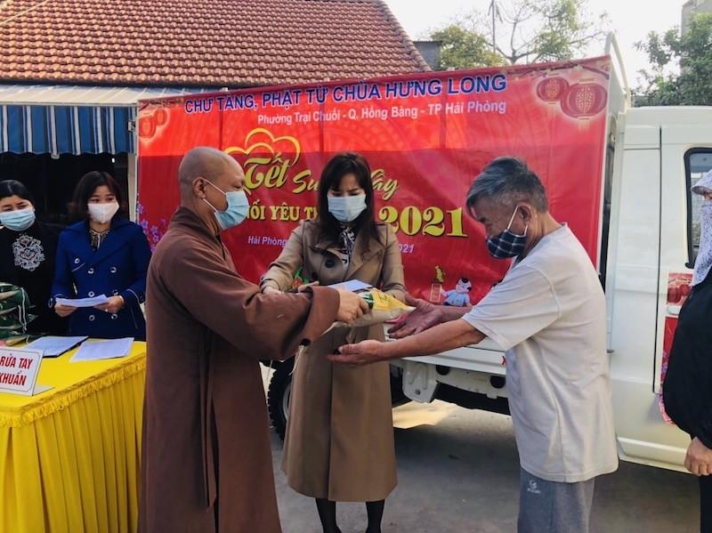 Chùa Hưng Long (Hải Phòng) trao tặng hơn 500 suất quà cho các hộ nghèo dịp Tết Nguyên đán
