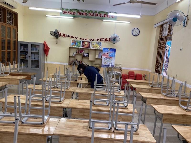 Các thầy cô mong ngóng đón học sinh trở lại trường học.