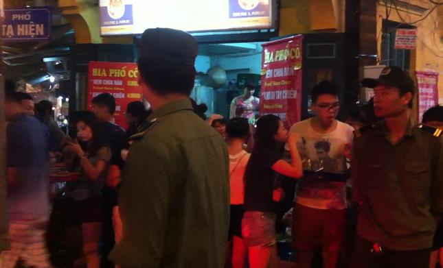 Uống bia đứng, người dân thách thức công an phường