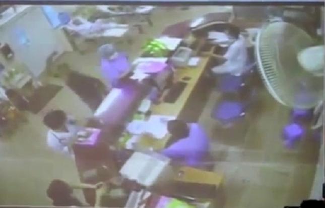 Hình anh người nhà nạn nhân xông vào hành hung nhân viên Y tế