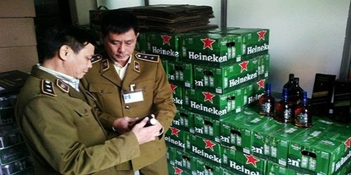 Bắt giữ xe khách đang tuồn rượu ngoại nhập lậu ra Hà Nội