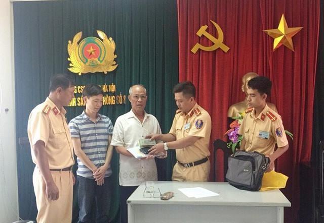 Hà Nội: CSGT trả lại số tài lớn cùng nhiều giấy tờ cho người đánh rơi