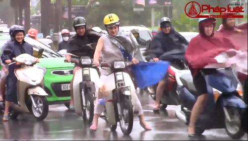 Clip: Người dân Hà Nội chao đảo với bão số 1
