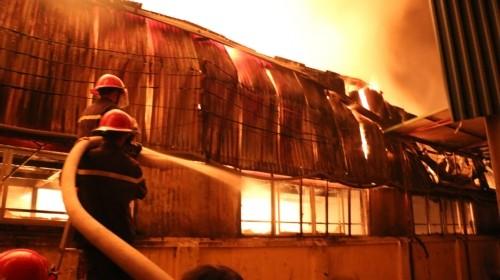 Lửa rừng rực thiêu rụi khu nhà xưởng ở Hà Nội trong đêm