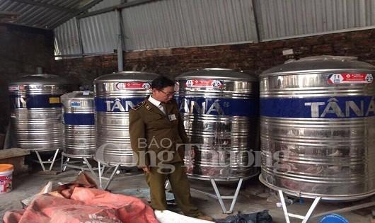 Hà Nội: Tạm giữ 3.800 lít rượu chưa rõ nguồn gốc