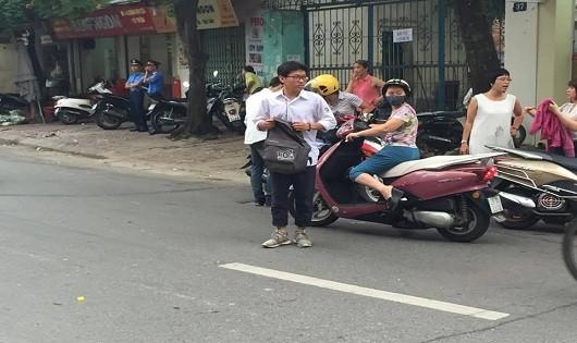 Thí sinh, phụ huynh Hà Nội hồi hộp vào môn đầu thi THPT quốc gia