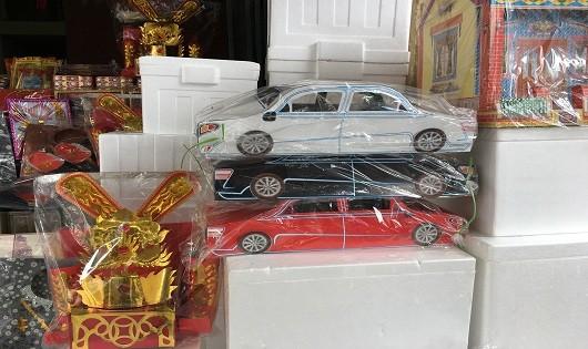 Biệt thự, xe hơi, đồ công nghệ xếp đầy phố Hà Nội 'chờ biếu' người cõi âm