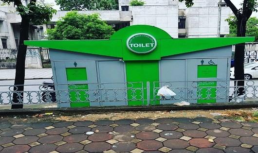 Nhà vệ sinh công cộng ở Thủ đô: đầu tư cả trăm triệu để...ngắm!
