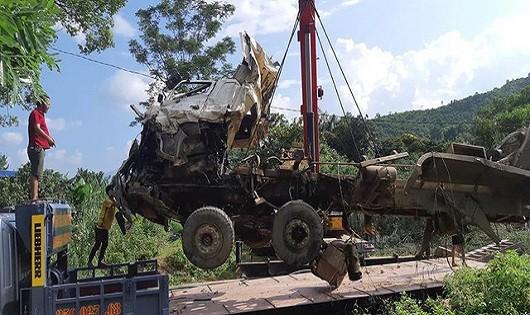 Lực lượng chức năng cẩu xe gặp nạn ra khỏi hiện trường.