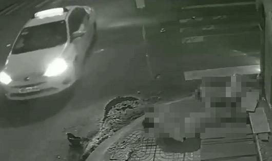 Clip: Tài xế taxi Vinasun đâm văng 2 người rồi bỏ trốn