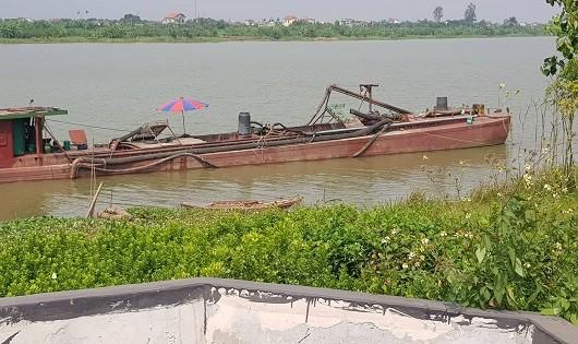 Nhiều tàu hút cát trái phép trên sông Hồng đoạn qua Nam Định và Thái Bình ?