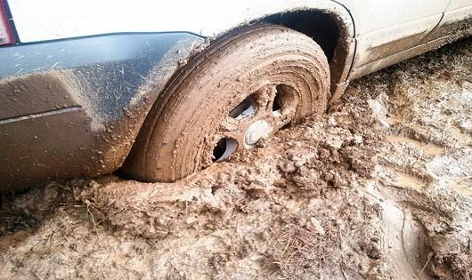 Kinh nghiệm lái ô tô vượt quãng đường lầy lội