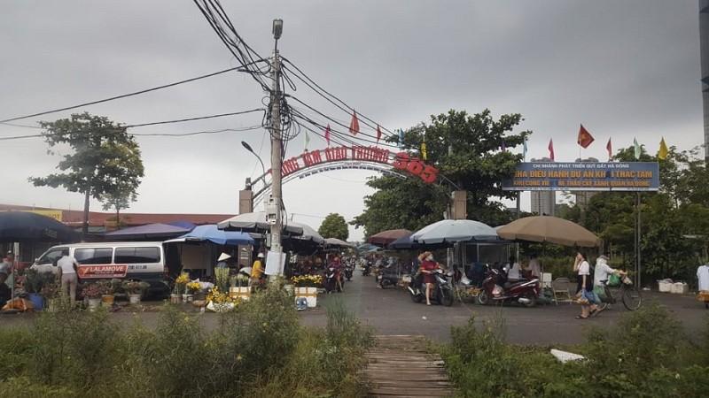 Chợ tạm hoạt động không phép trên đất công viên ở quận Hà Đông?
