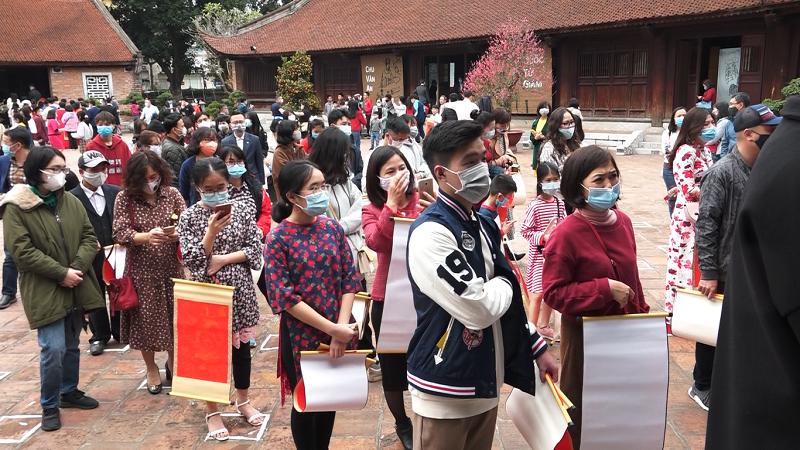 Người Hà Nội 'theo nhau' đi xin chữ, lễ chùa đầu năm, phủ Tây Hồ 3 lần tạm đóng cửa