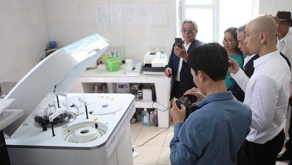 Trao tặng các thiết bị xét nghiệm trị giá trị gần 4 tỉ đồng cho hai trung tâm y tế