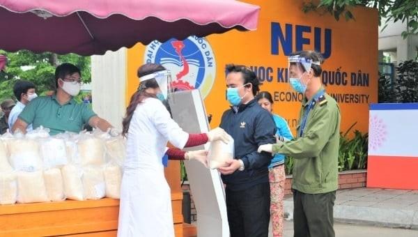 Hơn 60 tấn gạo sẽ được Đại học kinh tế quốc dân phát tặng người dân đến hết 30/04/2020