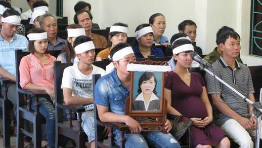 Người nhà ôm di ảnh nạn nhân tham dự phiên tòa