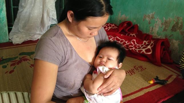 Cụ nội đầu thai, bé gái hơn 2 tháng tuổi biết nói?
