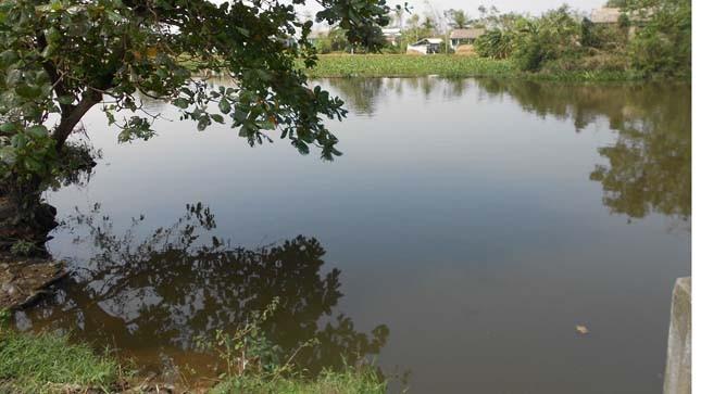 Khúc sông thường xuyên nổi những cột nước và bọt khí