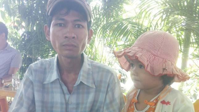 Anh Lê Phú Bốn và con gái út 3 tuổi đi ăn xin kiếm tiền chạy thận