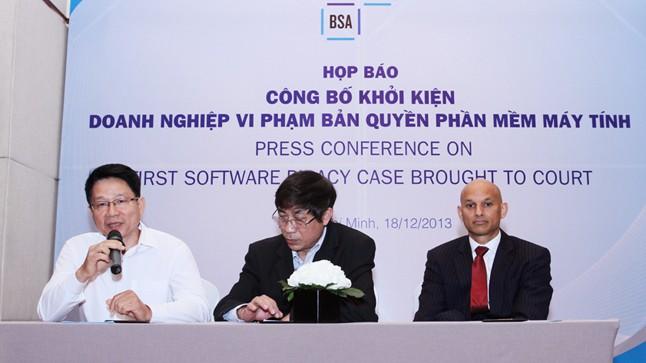 Ông Hà Thân (bên trái) - Tổng Giám đốc Cty Lạc Việt phát biểu tại cuộc họp báo.
