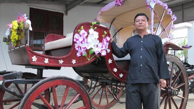 Anh Trần Hữu Chinh, người đóng xe thổ mộ hiếm hoi còn lại ở Bình Dương