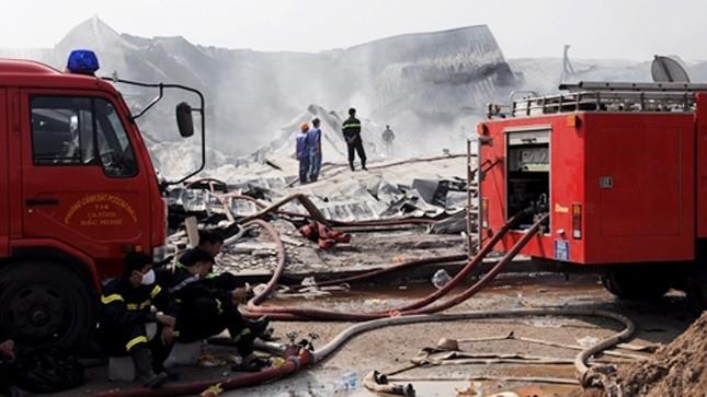 Lực lượng PCCC chữa cháy tại Công ty Diana.