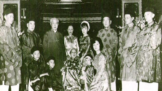 Ngô Đình Cẩn đứng tư ba bên phải sang, trong gia đình họ Ngô