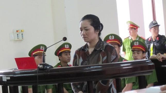 Vợ nguyên bí thư xã ngã gục khi nhận án tử hình