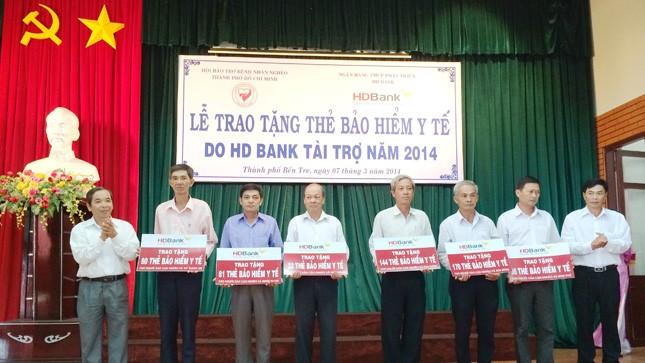 Đại diện bà con nghèo tỉnh Bến Tre nhận thẻ BHYT do HDBank trao tặng.