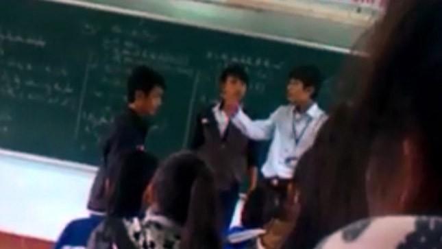 Vụ ẩu đả của thầy giáo và học sinh trên bục giảng (ảnh trích từ Clip)