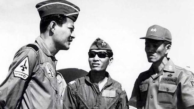"""Chuẩn tướng Nguyễn Huy Ánh (giữa), người được """"ông đạo nhỏ"""" khuyên đi tu sớm đã chết vì tai nạn máy bay"""