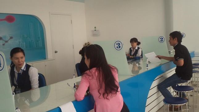 Khách hàng đến nộp tiền cước tại VNPT Khánh Hòa