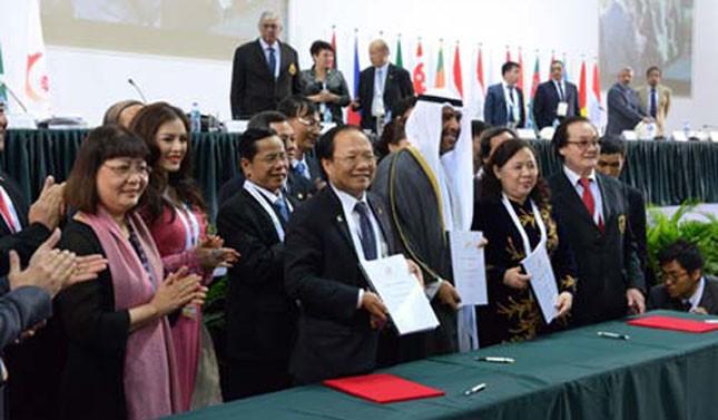 Chủ tịch OCA Sheikh Ahmad Fahad al-Sabah trao quyết định đăng cai ASIAD 18 cho đoàn Việt Nam