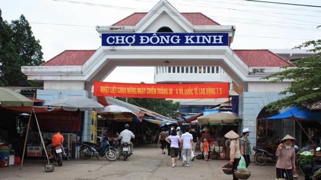 Vỉa hè chợ Đông Kinh, nơi Hương cùng đồng phạm thường mua bán ma túy kiêm bán dâm