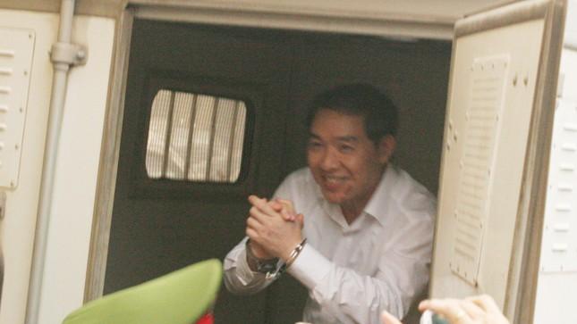 Dương Chí Dũng tươi cười bước vào xe đặc chủng