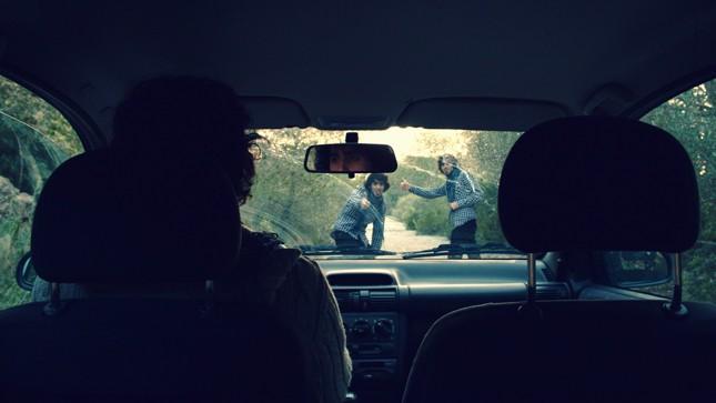 """Chuyến xe vô tình """"lật tẩy""""bé gái trốn nhà theo trai"""