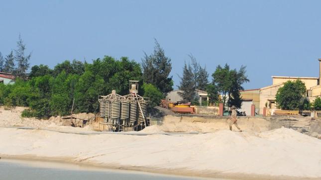Một điểm khai thác titan ở thôn Hưng Lạc, xã Mỹ Thành, huyện Phù Mỹ.