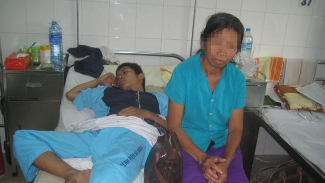 Tùng và mẹ tại bệnh viên đa khoa TP. Đà Nẵng