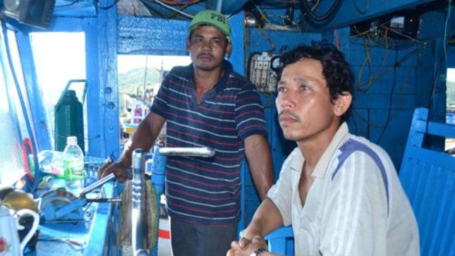 Những ngư dân đi trên tàu cá QNg 94913 TS trở về chưa hết bàng hoàng vì bạn chài bị bắt giữ. Ảnh: Thanh Niên